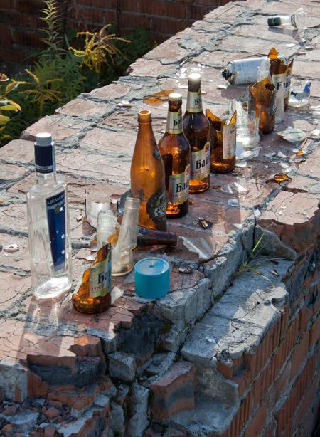Мусор в виде битого стекла и бутылок